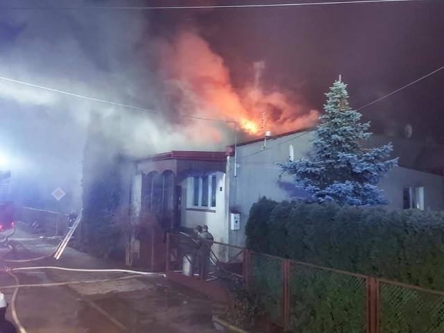 W bliźniaku zapalił się dach. Mieszkająca tam rodzina w środku nocy musiała uciekać na zewnątrz.