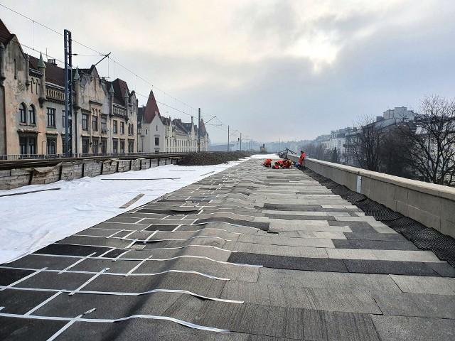 """- Powierzchnia estakady wzdłuż ul, Blich wykładana jest specjalną matą, która będzie tłumić drgania i hałas od przejeżdżających pociągów"""" - informują kolejarze z PKP PLK"""