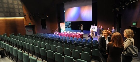 Nowa widownia to wygodne fotele dla 300 widzów i wysoka przestronna scena z kilkoma zapadniami dla rekwizytów oraz innych elementów scenografii.