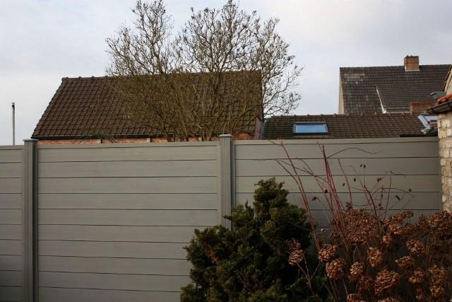 Ogrodzenie kompozytowe z desekDeski z kompozytu DuoFuse początkowo wykorzystywane były do budowy tarasów i ławek. Teraz znalazły zastosowanie także przy budowie ogrodzeń.