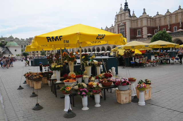 Charakterystyczne żółte parasolki krakowskich kwiaciarek pozostaną na Rynku Główny jeszcze tylko przez kilka miesięcy