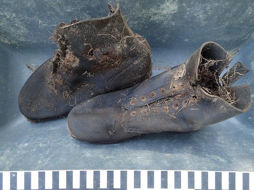 Szczątki i przedmioty znalezione w wojennej mogile
