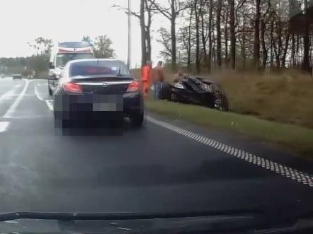 Samochód wpadł do rowu na drodze krajowej numer 10