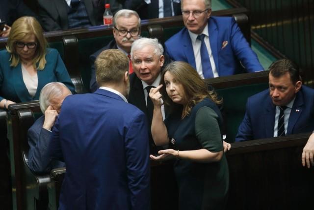 """Seria akcji CBA. Agent Tomek zatrzymany, Marian Banaś z przeszukanymi mieszkaniami. Opozycja: """"PiS chce przykryć gest Joanny Lichockiej"""""""