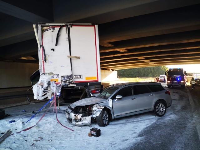 Lekarze walczą o życie młodego kierowcy ciężarówki, który uczestniczył w wypadku na drodze ekspresowej S8 pod Łodzią. W piątek po godz. 16 na nitce drogi prowadzącej w kierunku Łodzi pomiędzy Różą a Mogilnem zderzyły się dwa tiry i samochód osobowy. CZYTAJ WIĘCEJ, ZOBACZ ZDJĘCIA
