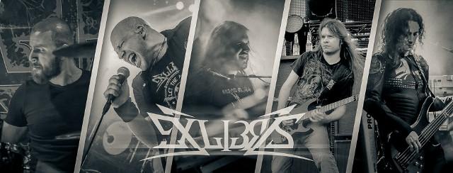 """Od lewej: Grzegorz Olejnik (perkusista), Riku Turunen (wokalista), Piotr """"Voltan"""" Sikora (klawiszowiec), Antti Warman (gitarzysta) i Piotr """"Toper"""" Torbicz (basista)"""