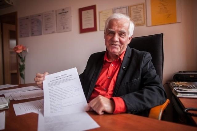 Prezes Wiesław Cyzowski zapisuje wszystkie nowo poznane słówka na kartkach. Za sobą ma już 10 lekcji.