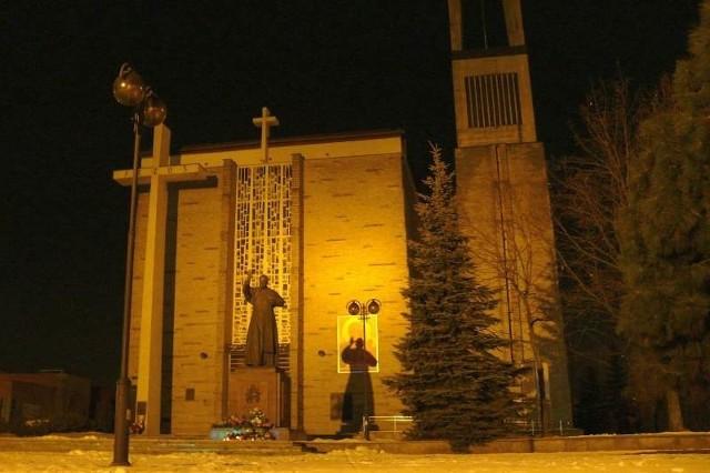 Zgaszone latarnie wokół bazyliki konkatedralnej, front oświetla tylko reflektor z lampy ulicznej przy Alejach Jana Pawła II.