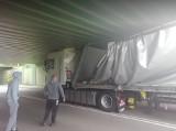 Czersk. Kierowca ciężarówki się przeliczył. Naczepa złożyła się niczym harmonijka