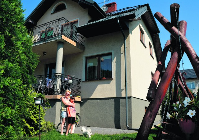 Powiat grajewski. Mieszkańcy inwestują w kolektory słonecznePaństwo Szczepankowscy z Grajewa panele słoneczne zamontowali w ubiegłym roku. Pięćdziesiąt pięć procent kosztów pokryli sami, na pozostałą część otrzymali dofinansowanie z Unii Europejskiej.