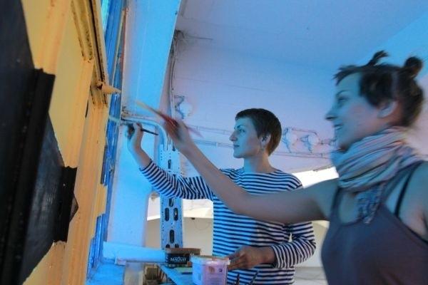To superinicjatywa, której wcześniej brakowało w Białymstoku – mówią Agulina i Natasza. Koleżanki malują okna i ściany magazynu w różne wzory i kolory. – Dlatego jesteśmy tu od samego początku i pomagamy. I zostaniemy na dłużej!