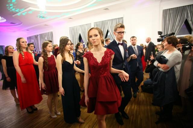 Studniówki 2018. Studniówka XII Liceum Ogólnokształcącego w Łodzi odbyła się w Czarnym Stawie