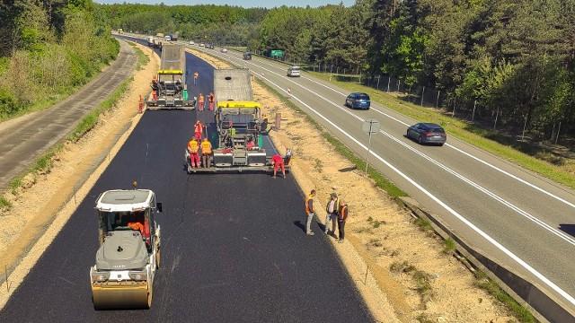 Na budowie drogi ekspresowej S1 od Podwarpia do Pyrzowic widać już spory fragment asfaltowej nawierzchniZobacz kolejne zdjęcia. Przesuwaj zdjęcia w prawo - naciśnij strzałkę lub przycisk NASTĘPNE