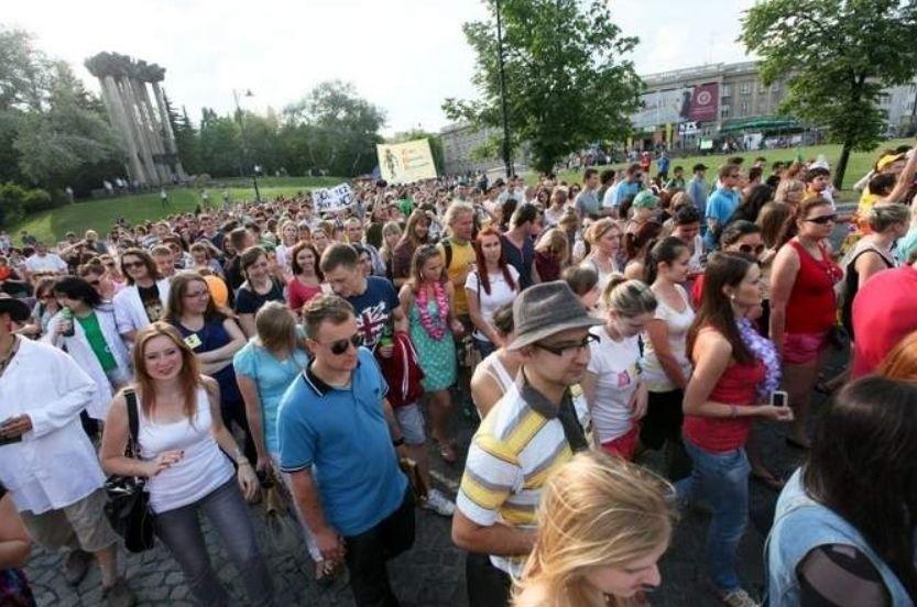 Parada zawsze przyciąga dużą liczbę studentów z różnych...