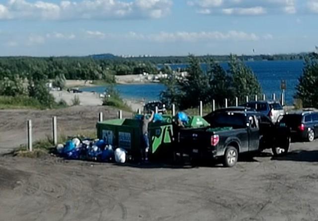 Fotopułapka złapała mężczyznę, który nielegalnie wyrzucał worki ze śmieciami do kontenera przy jeziorze Pogoria IV Zobacz kolejne zdjęcia/plansze. Przesuwaj zdjęcia w prawo - naciśnij strzałkę lub przycisk NASTĘPNE