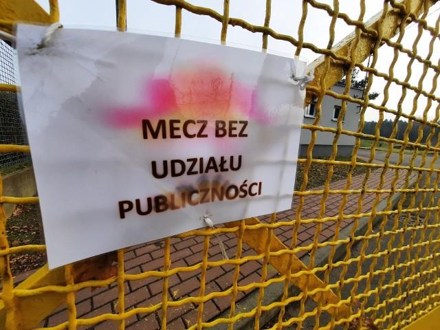 Wysypisko na terenie stadionu miejskiego w Dobrodzieniu.