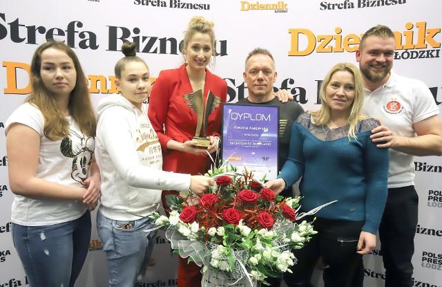 Klaudia Alagierska z przyjaciółmi, kibicami ŁKS z nagrodą Sportowiec Roku Dziennika Łódzkiego 2019