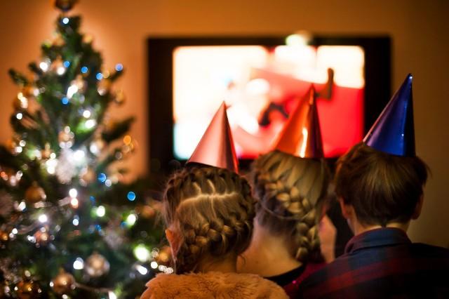 """Święta to czas, który spędzamy z rodziną i przyjaciółmi. W wielu domach niepisaną tradycją jest oglądanie świątecznych filmów – choćby komedii """"Kevin sam w domu"""". Sprawdź, jakie filmy można oglądać w święta na TVN, Polsacie i kanałach TVP!"""