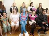 Pokaz fryzjerski i florystyczny uczniowskich stylizacji inspirowanych bajkami i baśniami w Zespole Szkół Rzemiosła