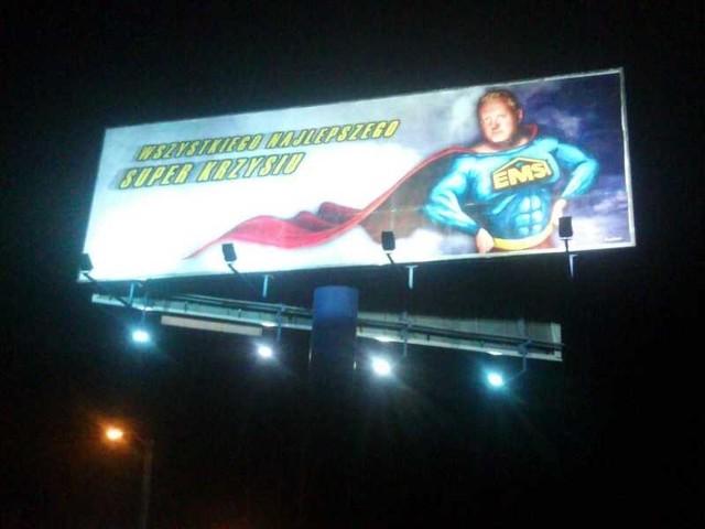 Billboard z życzeniami widoczny jest także po zmroku.