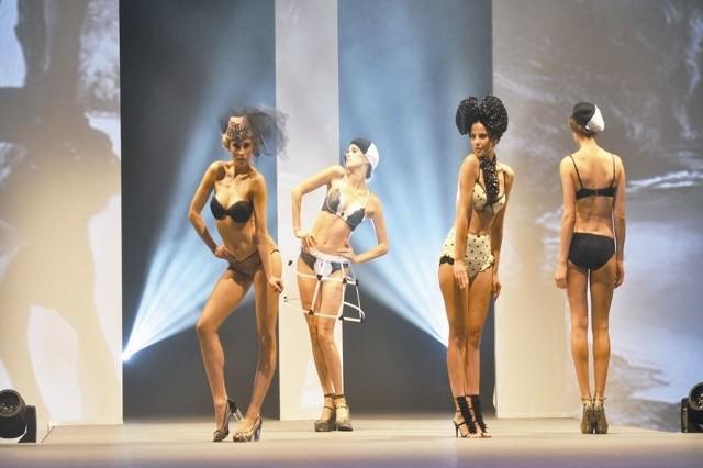 Podlaska bielizna w Paryżu  Tym razem bielizna z Podlaskiego Klastra Bielizny trafiła na główny pokaz Mode City. Drugi od prawej model z białostockiej firmy Kostar.