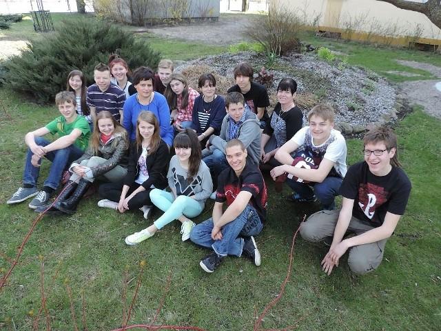 Szkołę na konkursie reprezentowali Marcin Kijanowski oraz Natalia Cuber (pierwsi z lewej w pierwszym rzędzie). Na zdjęciu z koleżankami i kolegami z klasy IIIa, nauczycielkami i panią dyrektor.