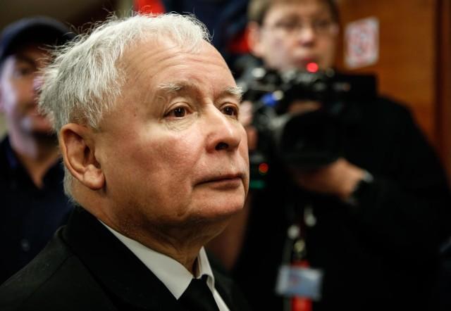 Fotomontaż to przeróbka nazistowskiego plakatu, w który wklejono twarz Jarosława Kaczyńskiego i logo PiS.