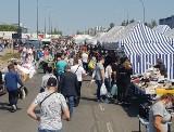 Autogiełda w Łodzi przy ulicy Puszkina to wielki bazar, na którym można kupić wszystko oprócz... samochodów. Co i za ile można kupić CENY