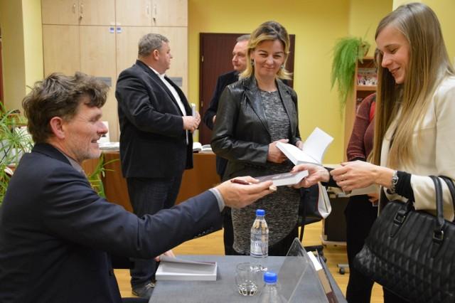 Krzysztof Skorulski już wpisał dedykację do tłumaczonej przez siebie książki Ferdynanda Ebnera Annie Baranowskiej. W kolejce czekali też inni uczestnicy spotkania w czytelni biblioteki.