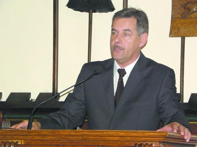 Burmistrz Cojnic chce sprzedawać mieszkania komunalne za pół ceny- Mamy mównicę, warto z niej skorzystać - mówił burmistrz Arseniusz Finster, który rzadko zabiera jednak głos z tego miejsca.