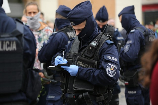 W trakcie pandemii mundurowi często byli widywani w granatowych kominach, które od soboty nie będą spełniać wymogów Ministerstwa Zdrowia.