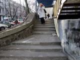 Schody przy Sienkiewicza 9 posypały się po zimie