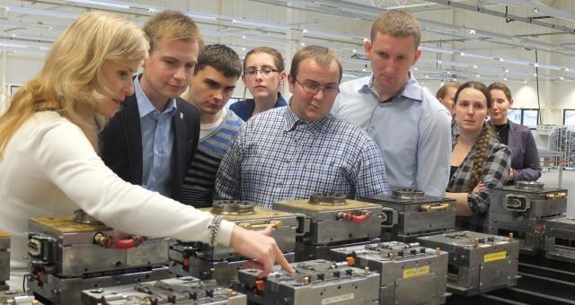 Grupa absolwentów w firmie ifm ecolink w Opolu. Przedsiębiorcy widzą potrzebę bliższych kontaktów z uczniami i absolwentami.