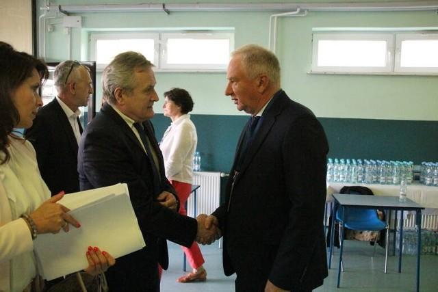 Starosta przysuski Marian Niemirski (z prawej) był gospodarzem wtorkowego spotkania, tu wita Piotra Glińskiego, ministra kultury, dziedzictwa narodowego i sportu.