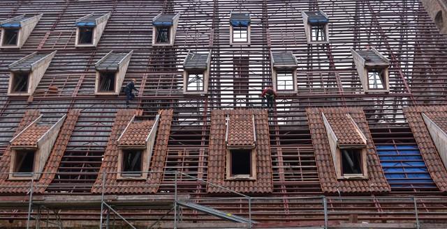 Cały nowy dach ułożony ma zostać do końca tego roku. Pierwszy etap termomodernizacji Wielkiego Młyna to koszt 4,36 mln zł. Prace realizuje firma M-Invest z Kiełpina. Poza położeniem nowego dachu inwestycja obejmuje też m.in. wymianę stolarki okiennej i drzwiowej, budowę nowej klatki schodowej z szybem windowym, demontaż szklanych boksów czy wymianę instalacji wewnątrz budynku.