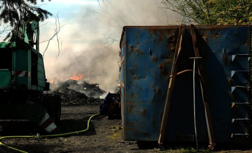 Groźny pożar na stacji demontażu pojazdów w Nieżychowicach w...