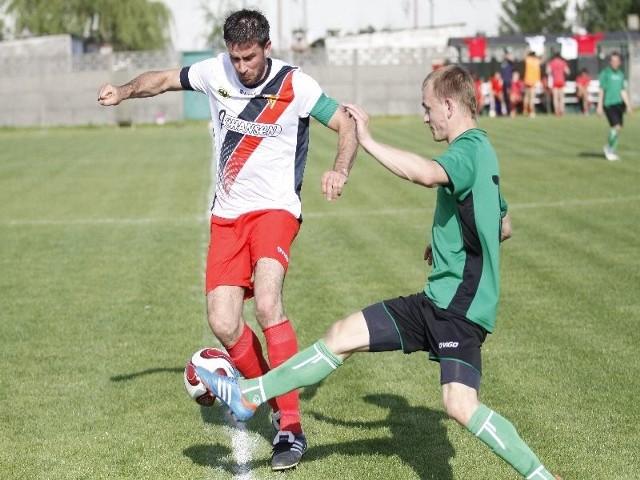 o piłkę walczą Łukasz Krótkiewicz ( w białej koszulce) i Krystian Kuśmiruk.