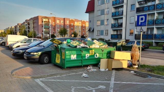 Tak w poniedziałek rano wyglądał kontener na opady przy ulicy Pileckiego 3. Jak twierdzą mieszkańcy widok jest im znany.
