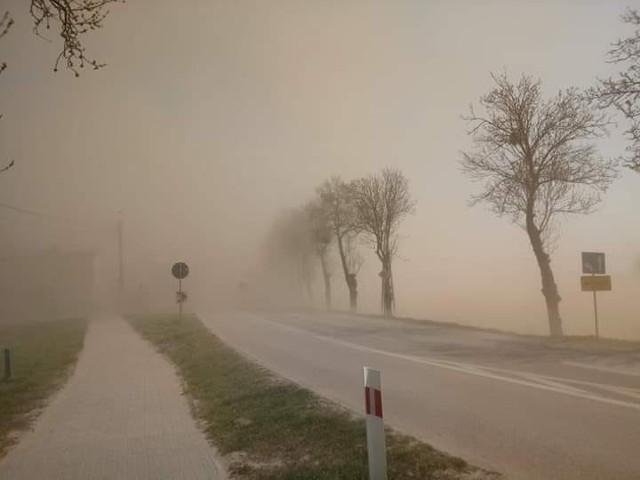 Zamieć piaskowa na DK 60 w okolicach Ciechanowa (23 kwietnia 2019 r.)