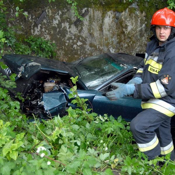 Ofiary wypadku z rozbitego auta wydostali strażacy.