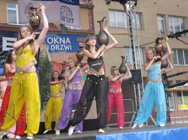 Kolorowe stroje, ciekawa  choreografia, młode tancerki – zespół z Litwy oczarował widzów