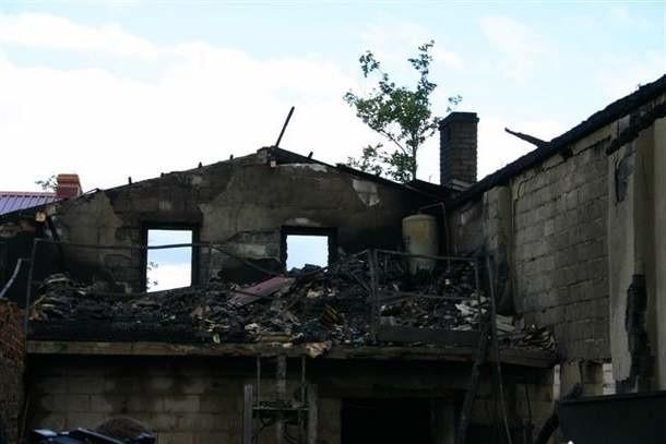 Ogień niemal doszczętnie strawił fabrykę świec i zniczy w Ganie (gm. Praszka).