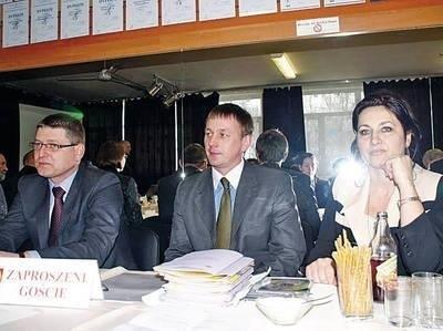 Podczas sesji Rady Miejskiej w Dobczycach: (od lewej) Adam Styczeń, Tomasz Suś i Małgorzata Bajer. Przyjechali, aby przekonywać radnych, że szpitalowi trzeba pomóc. Fot. Maciej Hołuj