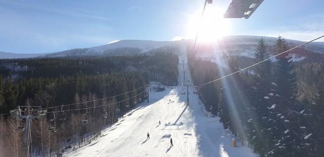 Dużo śniegu i coraz lepsze warunki pogodowe - tak kuszą narciarzy i turystów sudeckie ośrodki narciarskie. Zmiana pogody, którą przyniósł nam wyż Brygida, zdecydowanie sprzyja wypoczynkowi na świeżym powietrzu. Po wielu deszczowych i szarych styczniowych dniach, teraz mamy wreszcie piękną i śnieżą zimę. Zobaczcie jak wygląda sytuacja w poszczególnych ośrodkach narciarskich.
