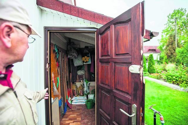 U mnie złodzieje wyłamali kawałek drzwi, by dostać się do komórki - mówi pan Janusz, jeden z okradzionych działkowców.