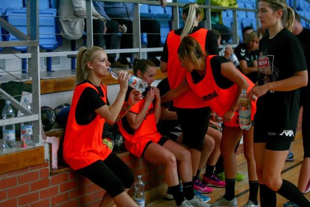 Do tej pory piłkarki ręczne MKS Perła trenowały w Lublinie. Pracowały w hali, na stadionie, ale i siłowni. Teraz przyszła pora na grę