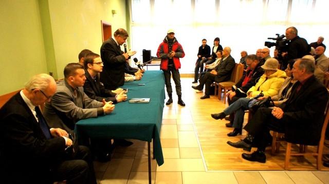 Sobotnie spotkanie w klubie Millenium poświęcone referendum przeciwko prywatyzacji MPEC-u.