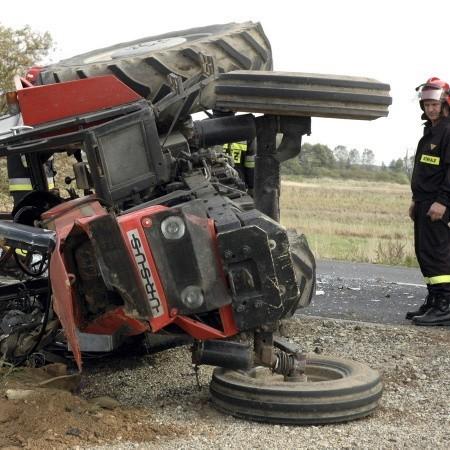 Na szczęście kierowca rolniczego ciągnika z Obry wyszedł z tej opresji bez większego szwanku, ale traktor raczej nie będzie się już nadawał do pracy w polu