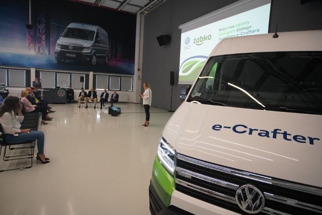 Volkswagen Poznań oraz Żabka Polska rozpoczęły współpracę oraz innowacyjny projekt stworzenia elektrycznego samochodu dostawczego. Do połowy sierpnia Żabka będzie testowała elektryczny pojazd stworzony przez firmę Volkswagen. Jak mówią przedstawiciele obu firm, nowy pojazd jest ekologiczny i cichy.