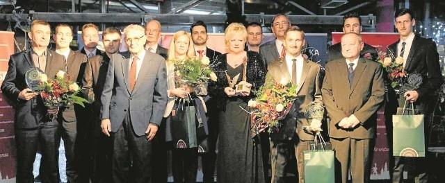 W imieniu zwyciężczyni plebiscytu Agnieszki Radwańskiej nagrodę odebrała jej mama - Marta Radwańska (w czarnej sukni). Obok niej do pamiątkowego zdjęcia stanęła żona Rafała Majki, Magdalena.